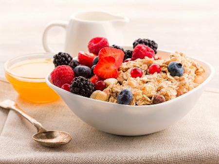 Закуска от варени овесени ядки с кисело мляко, мед, ядки и горски плодове - снимка на рецептата